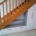 Rangement sous-escalier blanc et gris