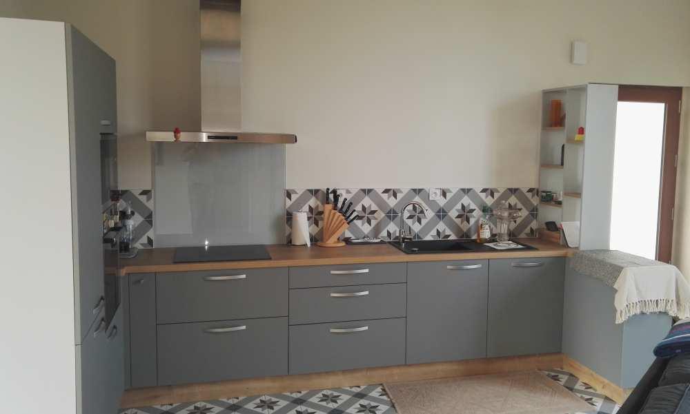 Cuisine grise, plan de travail décor bois et carreaux de ciment