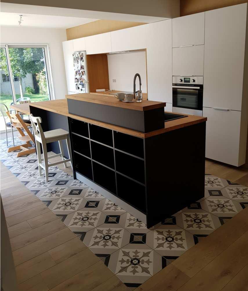 Cuisine blanche et noire mat, plan de travail chêne massif